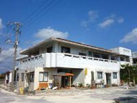 久米島の民宿ビーチハウス宮城 - 軒先に小屋と屋根ができていた