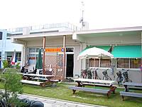 久米島のドミトリー球美 - 宿の前にはオープンスペースがある