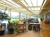 久米島の久米島イーフビーチホテル - テラス席もあります