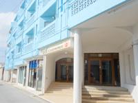 久米島のイーフコンドミニアム久米島(旧イーフ観光ホテル) - この水色の外観が目印 - この水色の外観が目印