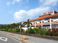 久米島のリゾートホテル久米アイランド(旧 ホテル日航久米アイランド) - 敷地中央にあるメインのホテル棟