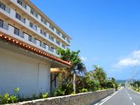 久米島のリゾートホテル久米アイランド(旧 ホテル日航久米アイランド) - 道路沿いにあるホテル棟