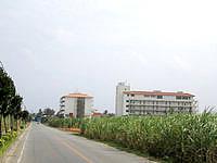 久米島のリゾートホテル久米アイランド(旧 ホテル日航久米アイランド) - のどかの風景の中にあるホテル