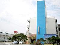 久米島の民宿久米島 別館 - この水色が目印