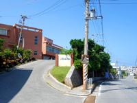 久米島のホテルガーデンヒルズ(旧久米島観光ホテル) - 兼城港から見たときの様子