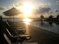 久米島のサイプレスリゾート久米島 (旧 サンリーフリゾート久米島) - 部屋からもプールからも夕日がキレイ