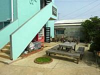 南大東島のプチホテルサザンクロス - 軒先のベンチしか休める場所がない