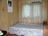 宮古島のペンション新城 - 洋室には手作りのベッド