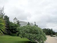 宮古島のホテルブリーズベイマリーナ - 海側からホテルを望む