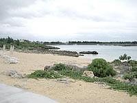 宮古島のホテルブリーズベイマリーナ - ホテルの狭いプライベートビーチ
