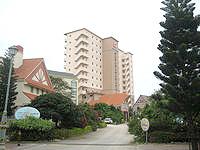 宮古島のホテルブリーズベイマリーナ - 新館タワーウィングはマンションのような外観