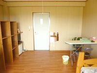 宮古島のゲストハウスあったかや - 冷蔵庫や棚、テーブルまである
