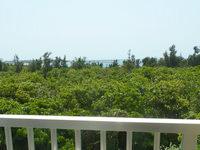 宮古島のゲストハウスあったかや - 部屋からの景色はギリギリ海が見える程度