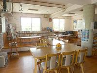 宮古島のゲストハウスあったかや - 1階の食堂は椅子席と座敷がある