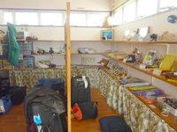 宮古島のゲストハウスあったかや - 玄関脇にお土産などグッズコーナー有り