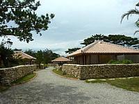 宮古島のかたあきの里 - いい雰囲気の敷地内の光景