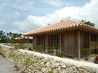 宮古島のかたあきの里 - 赤瓦の伝統的なイメージの建物