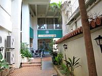宮古島のホテルニュー丸勝 - 西里通りからの入口はかなり狭い