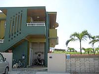 宮古島のゲストハウス地球人の休憩所 - 緑色の壁が目印?