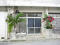 宮古島のゲストハウス ひららや - のれんが看板代わり