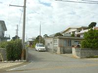 宮古島のひろちゃんペンション/ゲストハウスひろちゃん - 右隣の三角屋根が目印