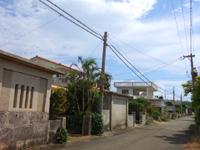 宮古島の民家宿いんとぅぱりとぅーすら - わかりにくいが2階建ての赤瓦が目印
