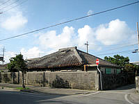 宮古島の琉球の宿 黒門町 - メイン通りに面していますが入口は裏