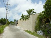 宮古島のプライベートハウス MIYAGAWA - 異質な壁がそびえ立っています