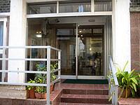 宮古島のニューポートビジネスホテル - 外観に比べてフロントはキレイ
