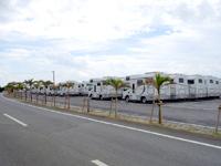 宮古島のオーシャンズドライブ/オーシャンズリゾート宮古島キャンピングカー(Ocean's Drive 55/Ocean's Resort Camping Car) - 吉野海岸入口に並ぶ大量のキャンピングカー
