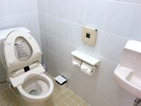 宮古島のサンズガーデン・イン・パイナハマ(旧ペンション&ウィークリーぱいな浜) - トイレは洗浄便座付きだがやや古い