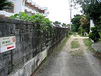 宮古島のゲストハウスぱいぬさと - 裏の細い道を入ります