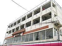 宮古島の宮古島パラダイス宮古島物語パイナガマビーチリゾート - 1階がコンビニ、2階が海鮮悟空、その上が宿
