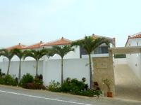 宮古島のプールテラス イムギャースイート - 施設入口は道路からやや奥にある模様