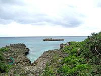 宮古島のウェルネスヴィラブリッサ(旧リゾートヴィラブリッサ) - ホテル前の海は岩場