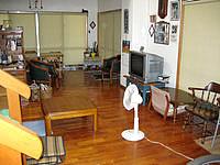 宮古島の民宿すだぁ〜す家 - 1階はLDKで犬や猫が庭にいっぱいいる