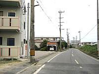 宮古島のウィークリーアラサキ - 荷川取港へ向かう道の途中にあります