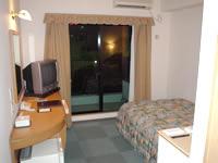 那覇の那覇ビーチサイドホテル - 部屋は普通。バルコニーがあるのが嬉しい。