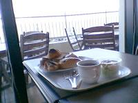 那覇の那覇ビーチサイドホテル - 食事はパンにサラダ、コーヒーのみ。おかずがない。