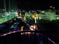 那覇の那覇ビーチサイドホテル - 陸側の部屋の景色。ゴルフ練習場が見えます。