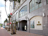 那覇のホテル法華クラブ那覇・新都心 - 新都心の大きな広場側に入口があります