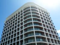 那覇のJR九州ホテルブラッサム那覇(2017年開業) - 本土の超高層マンションのような外観