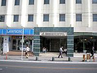 那覇の南西観光ホテル - ホテルの入口横にコンビニがあって便利