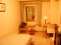 那覇のパシフィックホテル沖縄 - デラックスシングル。かなり広めで、とても快適でした。