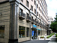那覇のソルヴィータホテル那覇(旧ホテルソルヴィータ沖縄松山) - 建物に溶け込んでいるが1階にコンビニがある - 建物に溶け込んでいるが1階にコンビニがある