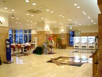 那覇の東横イン那覇旭橋駅前 - ロビーはとっても豪華。左が食事コーナー、右がフロント。