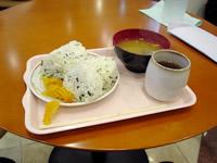 那覇の東横イン那覇旭橋駅前 - 朝食サービスはおにぎりとおみそ汁、お新香のみ。