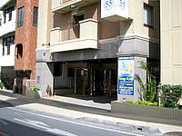 那覇の東横イン 那覇美栄橋駅 - ゆいレール高架下の道路に入口はあります