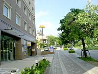 那覇の東横イン 那覇おもろまち駅前 - 新都心のメインストリートに面する立地