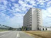 南部のホテルグランビューガーデン沖縄 - この道を進めば高架をくぐってあしびなーへ